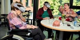 Bewoners zorgcentrum De Visserij testen VR-bril in strijd tegen dementie