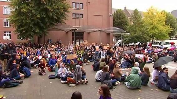 Boze leerlingen vernielen ruiten tijdens protest tegen scholenfusie in Leuven