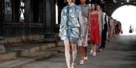 Glenn Martens nodigt publiek uit onder een van Parijs' mooiste bruggen