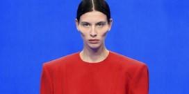Vervormde gezichten tekenen bevreemdend defilé van Balenciaga