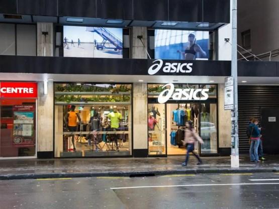 Asics verontschuldigt zich voor porno op schermen aan winkel