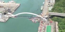 Bewakingscamera filmt moment waarop brug instort in Taiwan