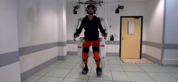 Verlamde man kan opnieuw stappen dankzij hoogtechnologisch exoskelet
