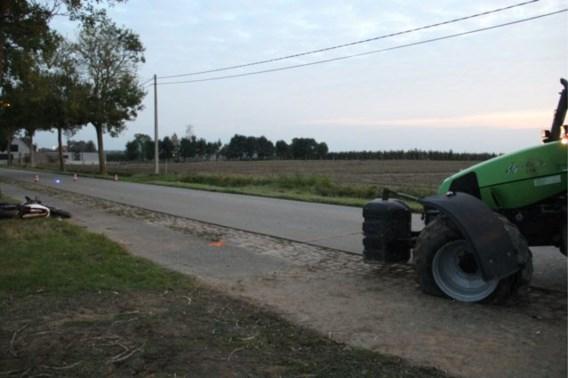 Motorrijder zwaargewond na botsing met tractor, dochter breekt been