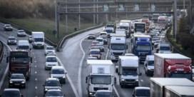 Lading slachtafval versperde A12 in Wilrijk richting Brussel