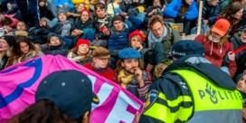 Tientallen klimaatactivisten Extinction Rebellion opgepakt in Amsterdam