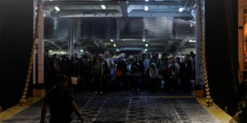 Athene brengt honderden vluchtelingen naar vasteland
