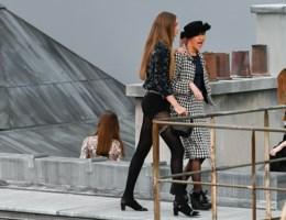Vrouw die defilé van Chanel crashte: 'Modewereld neemt zichzelf te serieus'