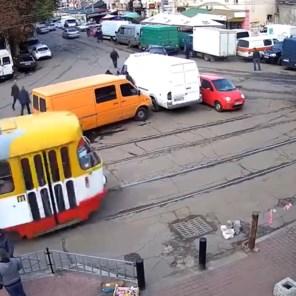 Bestuurster veroorzaakt urenlange chaos op kruispunt door foutparkeren