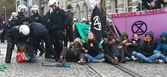 Brusselse politie heeft klimaatactivisten op Koningsplein opgepakt of verdreven