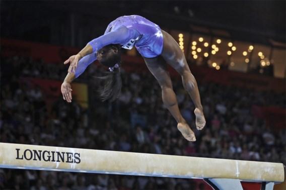 Simone Biles dikt medaillerecord nog wat aan en wint ook wereldtitels op balk en grond