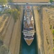 Millimeterwerk: enorm cruiseschip wurmt zich door smal kanaal