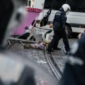 'Politieagent spoot met motor uitlaatgassen in ons gezicht'