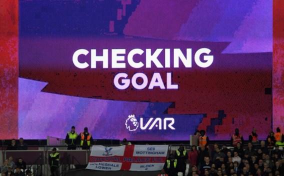 Nederlandse voetbalfans krijgen uitleg van VAR via schermen