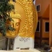 Kraan plaatst enorm Boeddhabeeld, maar het loopt mis