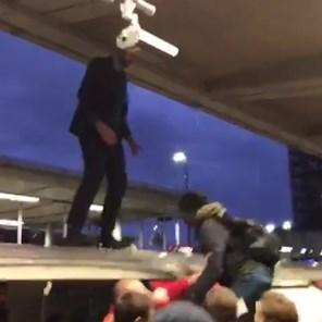 Boze pendelaars trekken activist Extinction Rebellion van dak van metro