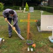 Nieuw grafkruisje voor eenzame baby Franco