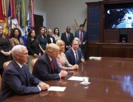 Astronaute spelt Trump de les na uitschuiver