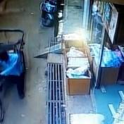 Man met karretje redt onbewust leven van kleuter die van balkon valt