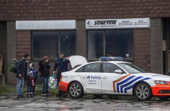 Drie mensensmokkelaars op heterdaad betrapt: zestien mensen in laadruimte gevonden