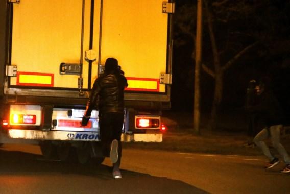 Tien onderkoelde migranten ontdekt in koelwagen in Calais