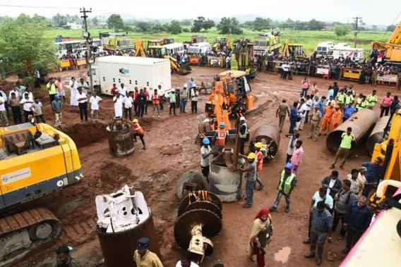 Reddingswerkers proberen peuter uit put te redden in India