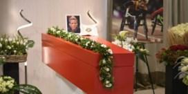 Veel bekend volk voor afscheid Marieke 'Wielemie' Vervoort, Zenn brengt roos naar baasje