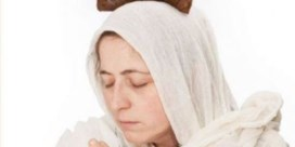 Tielt verbiedt affiche van biddende kunstenares met drol op het hoofd: 'Pure censuur'