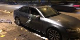 Auto zwaar beschadigd: 'Waarschijnlijk brandend voorwerp door open dak gegooid'