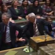 Nieuwe speaker wordt 'tegen zijn zin' naar stoel gesleurd
