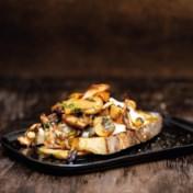 Bruschetta met burrata en paddenstoelen