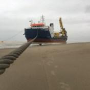 Reusachtig schip gestrand op strand Bredene