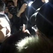 Hongkong-minister wordt belaagd door boze betogers en valt op de grond
