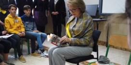 Koningin Mathilde toont zich voor het eerst in openbaar met bril op