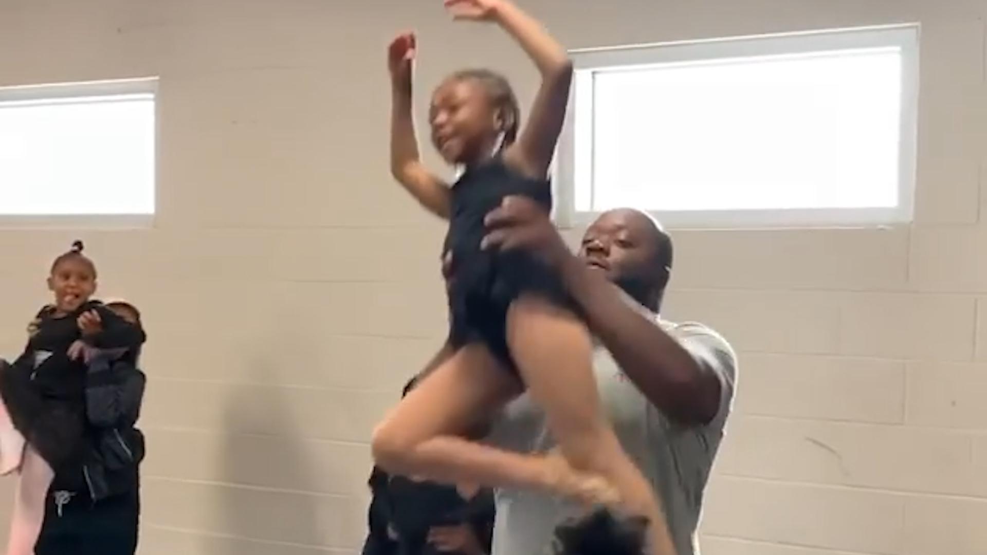 Video van vaders en dochters die samen ballet dansen gaat viraal - De Standaard