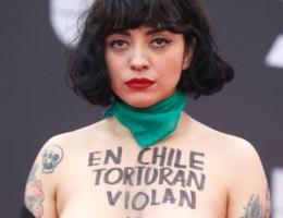 Chileense zangeres gaat uit de kleren op rode loper
