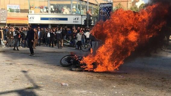Protest tegen hoge brandstofprijzen in Iran: 'Duizendtal actievoerders opgepakt'