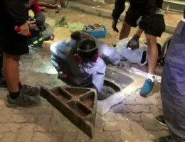 Studenten ontsnappen uit universiteit via riolering
