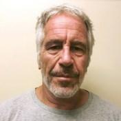 Twee cipiers die Jeffrey Epstein bewaakten aangeklaagd