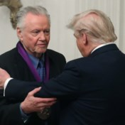 Trump reikt National Medal of Arts uit aan de vader van Angelina Jolie, 'legende' en supporter Jon Voight