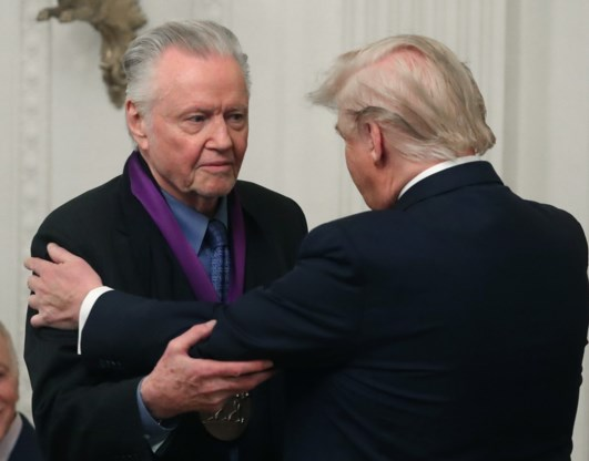 Trump reikt National Medal of Arts uit aan de vader van Angelina Jolie, 'legende' en supporter Jon Voight