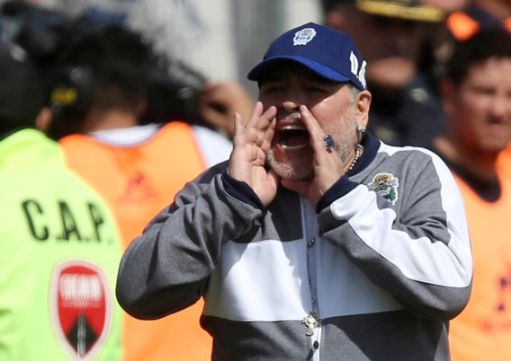 Twee dagen geleden opgestapt, nu langs de grote poort terug binnen: Diego Maradona blijft dan toch trainer van Gimnasia