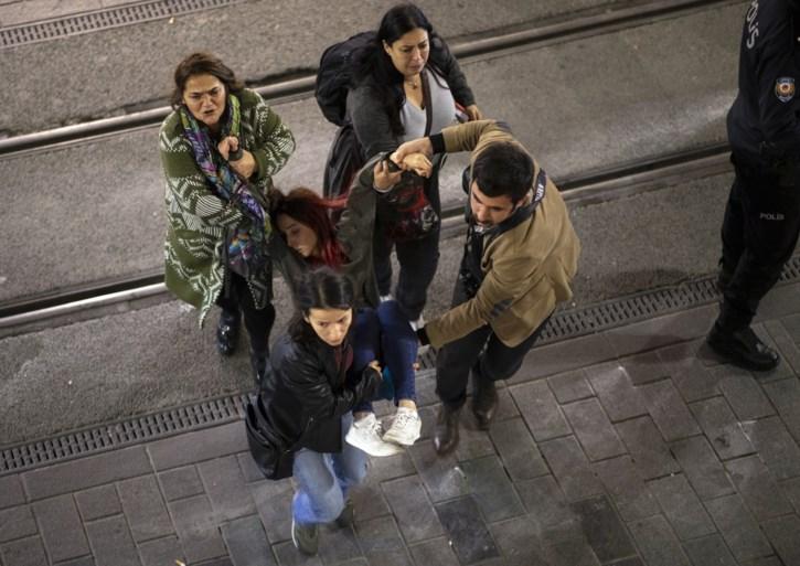 Politie treedt hardhandig op tijdens protest tegen geweld op vrouwen in Istanbul