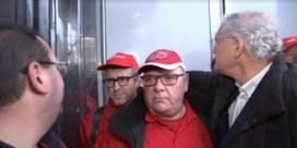 Proximus-voorzitter Stefaan De Clerck uitgefloten en tegengehouden tijdens vakbondsactie