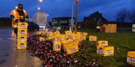 Vrachtwagen verliest meer dan 200 bakken bier op rotonde in Ingelmunster