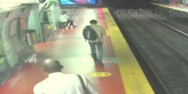 Man is te druk bezig met smartphone en belandt op metrosporen