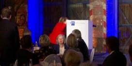 Angela Merkel struikelt op podium voor ze speech wil geven: 'Had de trap niet gezien'