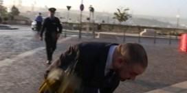 Minister krijgt ei naar hoofd gegooid door betogers