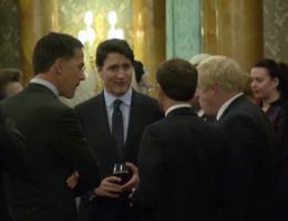 Trudeau, Macron en Johnson betrapt terwijl ze roddelen over Trump