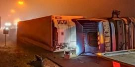 E313 in Beringen deels versperd door gekantelde vrachtwagen
